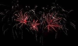 Fogos de artifício crepitantes vermelhos e brancos imagens de stock