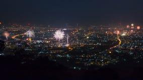 Fogos-de-artifício da celebração do ano novo sobre a arquitetura da cidade de Chiang Mai, Tailândia filme