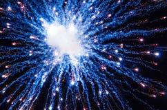 Fogos-de-artifício da noite com fumo e partículas Foto de Stock