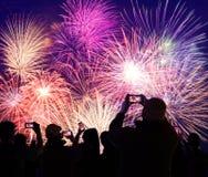 Fogos-de-artifício de observação e de gravação da multidão em telefones celulares imagem de stock royalty free