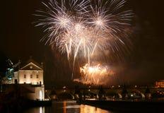 Fogos-de-artifício de Praga do ano novo foto de stock