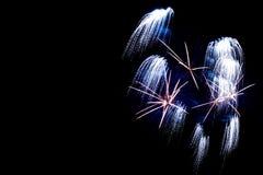 Fogos-de-artifício de prata no fundo preto do céu Fotos de Stock
