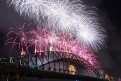 Fogos-de-artifício do ano novo de ponte de porto de Sydney Imagem de Stock Royalty Free