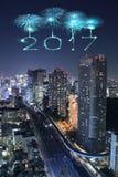 2017 fogos-de-artifício do ano novo feliz sobre a arquitetura da cidade do Tóquio na noite, Jap Imagem de Stock