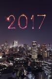 2017 fogos-de-artifício do ano novo feliz sobre a arquitetura da cidade do Tóquio na noite, Jap Imagens de Stock Royalty Free
