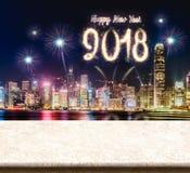 Fogos-de-artifício do ano novo feliz 2018 sobre a arquitetura da cidade na noite com vazio Foto de Stock