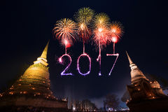 2017 fogos-de-artifício do ano novo feliz sobre o parque histórico de Sukhothai, Tha Fotos de Stock Royalty Free