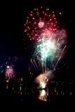 Fogos-de-artifício do ano novo na cidade foto de stock