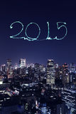 2015 fogos-de-artifício do ano novo que comemoram sobre a arquitetura da cidade do Tóquio Foto de Stock
