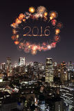 2016 fogos-de-artifício do ano novo que comemoram sobre a arquitetura da cidade do Tóquio em nigh Imagem de Stock