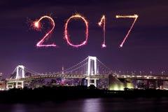 2017 fogos-de-artifício do ano novo sobre a ponte do arco-íris do Tóquio na noite, Odai Imagens de Stock