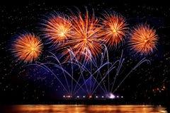 Fogos-de-artifício do feriado da cor dourada em um fundo preto do céu foto de stock