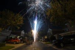 Fogos-de-artifício do feriado em uma rua residencial imagem de stock