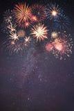 Fogos-de-artifício do feriado no céu noturno Fotografia de Stock Royalty Free