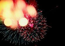 Fogos-de-artifício do feriado ou do partido com bokeh festivo no fundo preto do céu pelo ano novo Foto de Stock Royalty Free