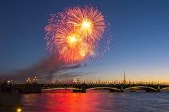 Fogos-de-artifício do feriado sobre a ponte de Troitsky em St Petersburg, Rússia fotos de stock royalty free