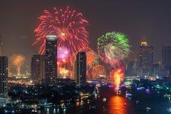 Fogos de artifício do festival de Loi Krathong em Banguecoque do centro em Chao P imagem de stock