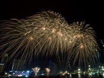 Fogos-de-artifício dourados dos chuveiros no ensaio do dia nacional Imagens de Stock Royalty Free