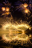 Fogos-de-artifício dourados e roxos Foto de Stock