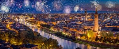 Fogos-de-artifício durante a noite acima da skyline de Verona imagem de stock