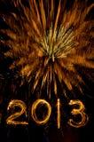 Fogos-de-artifício e 2013 do ouro na escrita do sparkler foto de stock