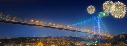 Fogos-de-artifício e arquitetura da cidade bonitos de Istambul Fotografia de Stock