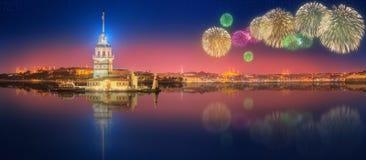 Fogos-de-artifício e arquitetura da cidade bonitos de Istambul Imagem de Stock Royalty Free
