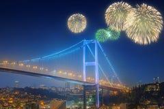 Fogos-de-artifício e arquitetura da cidade bonitos de Istambul Foto de Stock Royalty Free