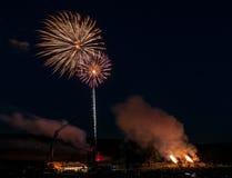 Fogos-de-artifício e obus - dois fogos-de-artifício & duas explosões Fotos de Stock