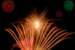 Fogos-de-artifício e sparkles bonitos e coloridos para comemorar o ano novo ou o outro evento Fotografia de Stock Royalty Free