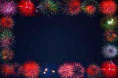 Fogos-de-artifício efervescentes da celebração surpreendente sobre o quadro estrelado do céu Imagens de Stock Royalty Free