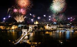 Fogos de artifício em Budapest sobre a ponte da cidade e de corrente fotos de stock royalty free