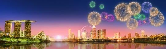 Fogos-de-artifício em Marina Bay, skyline de Singapura Fotografia de Stock Royalty Free