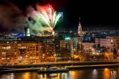 Fogos de artifício em Novi Sad, Sérvia Fogos-de-artifício do ` s do ano novo fotografia de stock royalty free