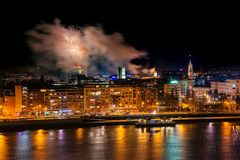 Fogos de artifício em Novi Sad, Sérvia Fogos-de-artifício do ` s do ano novo imagem de stock royalty free