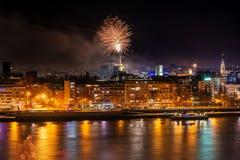 Fogos de artifício em Novi Sad, Sérvia Fogos-de-artifício do ` s do ano novo imagem de stock