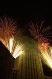 Fogos-de-artifício em torno de um edifício alto fotografia de stock