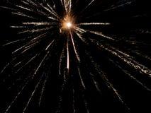 Fogos de artifício em um céu preto do fundo fotos de stock royalty free