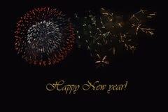 Fogos-de-artifício em um fundo escuro e em um ` do ano novo feliz do ` do texto Fotografia de Stock