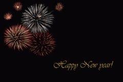 Fogos-de-artifício em um fundo escuro e em um ` do ano novo feliz do ` do texto Imagem de Stock Royalty Free