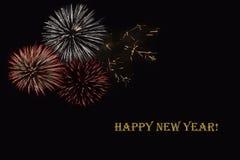 Fogos-de-artifício em um fundo escuro e em um ` do ano novo feliz do ` do texto Imagens de Stock