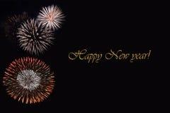 Fogos-de-artifício em um fundo escuro e em um ` do ano novo feliz do ` do texto Imagem de Stock