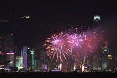 Fogos-de-artifício em Victoria Harbor em Hong Kong Fotografia de Stock