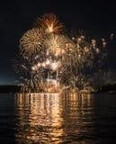 Fogos-de-artifício espetaculares sobre o lago imagem de stock