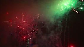 Fogos de artifício explosivos e coloridos do feriado no céu noturno filme