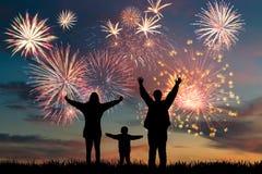 Fogos-de-artifício felizes do olhar da família Imagens de Stock