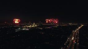 Fogos-de-artifício festivos na noite Moscou em Victory Day filme