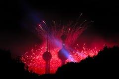 Fogos-de-artifício festivos nas torres de Kuwait foto de stock