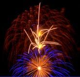 Fogos-de-artifício flamejantes com explosão secundária azul Imagem de Stock