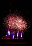 Fogos-de-artifício, foguetes através do céu noturno Foto de Stock Royalty Free